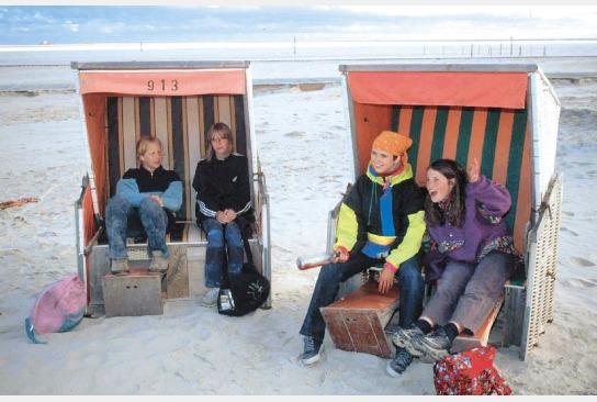 Kinder sitzen in Zwei Strandkörben