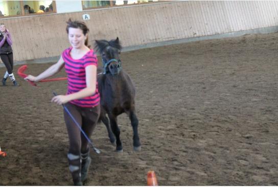 Die Jugendwartin, beim laufen mit dem Pony Moritz.