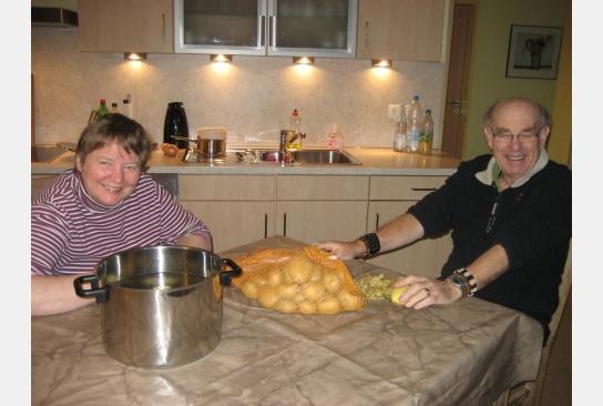 beim gemeinsamen Kartoffeln schälen