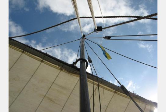 Der besegelte Mast mit Blick nach oben in die Wanten und von da weiter - in den Himmel.