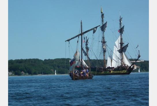 Sigyn mischt sich unter die großen Traditionssegler auf der Flensburger Förde während der Rum Regatta.