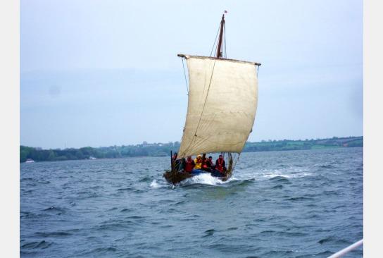 Volle Besatzung auf der Sigyn bei vollem Wind und strammen Segel.