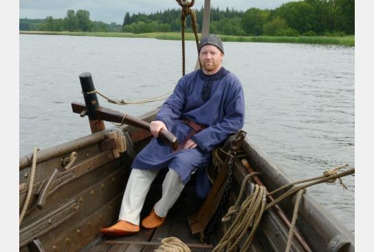 Harald Wiethe am Ruder der Sigyn auf der Schlei.