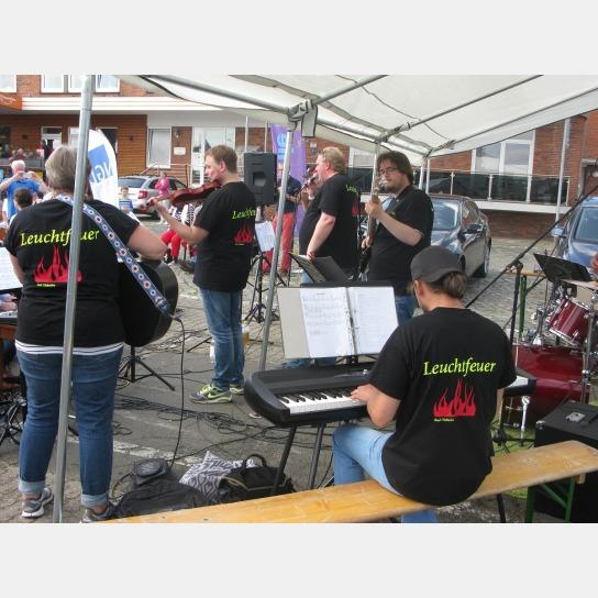 Bild: Eine Gruppe von Menschen macht zusammen Musi