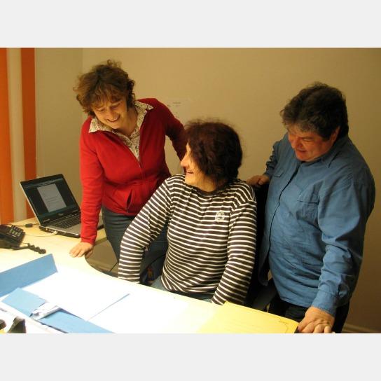 Drei Mitarbeiterinnen im Gespräch.
