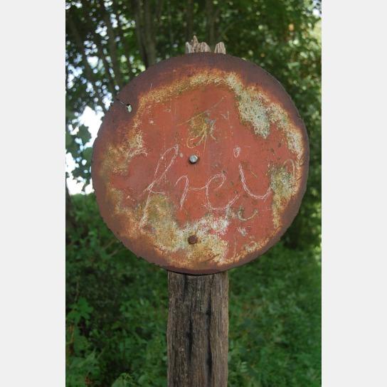 runde Eisenscheibe mit ca. 20 cm Durchmesser mit Aufschrift