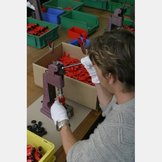 Ein Mitarbeiter verbindet Einzelteil in der Industrie-Montage der Werkstatt