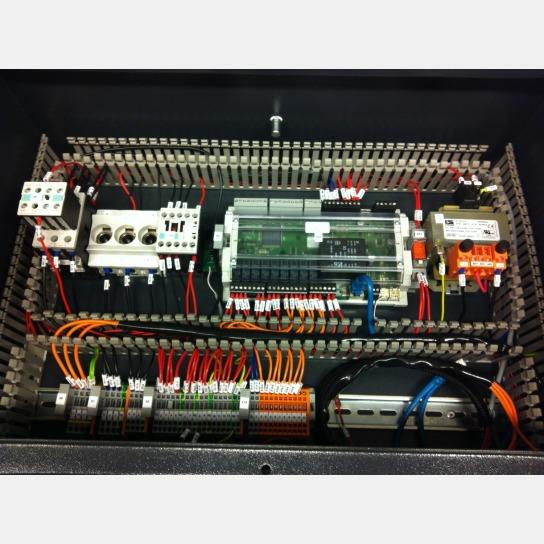 Der letzte Arbeitsschritt, das Anbringen des Kabelkanaldeckel, steht noch aus.