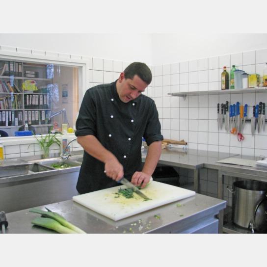 Vorbereitung einer Speise in der Küche