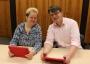 Zwei Mitarbeitende arbeiten mit iPads