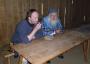 Landgang: im Langhaus der Wikingersiedlung Heithabu werden Harald Wiethe (Betreuer Projekt Sigyn)und Skipper Max bewirtet.