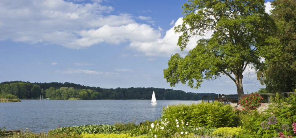 Hier ist ein See zu sehen, auf dem ein weisses kle