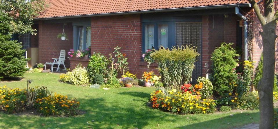 Terrassen mit Blumen bei Sonnenschein