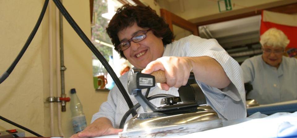 Mitarbeiterinnen bei Bügelarbeiten in der Wäsche