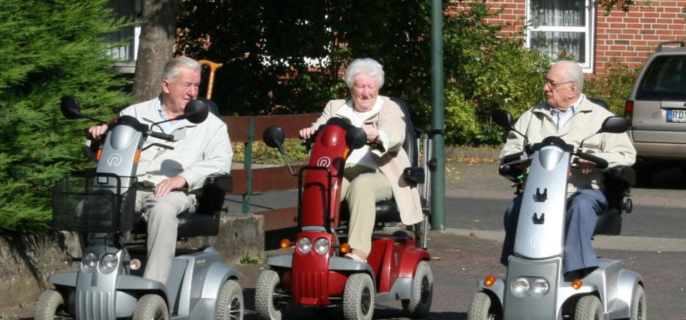 Senioren auf ihren Maschinen