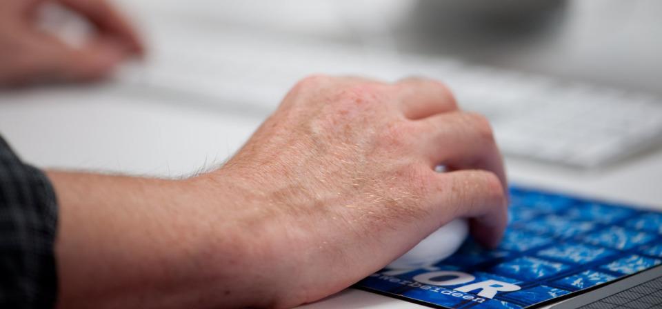 Hand mit Maus eines Mitarbeiters aus dem Contor