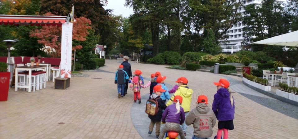 Eine Gruppe von Kindern, alle mit roten Baseball-M